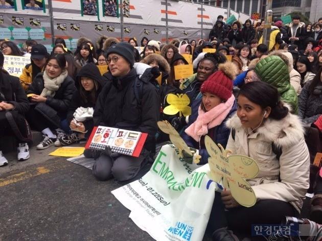 사진=수요집회에 참가한 제11차 이화글로벌임파워먼트 프로그램(EGEP) 참가자들.