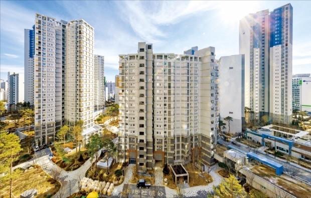 올해와 내년 입주 아파트 물량이 급증하면서 건설사들이 입주 리스크 줄이기에 비상이 걸렸다. 지난주 입주하기 시작한 서울 강동구 '고덕 래미안 힐스테이트' 아파트. 한경DB