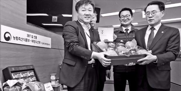 """< """"설 명절엔 우리 농축산물"""" > 김재수 농림축산식품부 장관(오른쪽)이 10일 정부세종청사에서 청탁금지법(김영란법)에 맞춘 설 명절용 농축산물 선물세트를 소개하고 있다. 연합뉴스"""