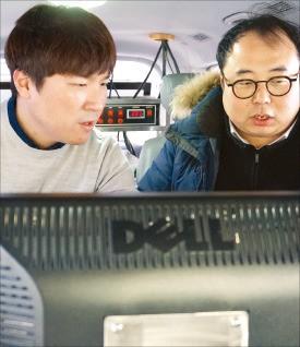 차량 내부에는 측정 데이터를 확인할 수 있는 컴퓨터가 실려있다.