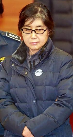 최순실 씨가 16일 서울 재동 헌법재판소에서 열린 '박근혜 대통령 탄핵심판 사건 5차 공개변론'에 증인으로 출석하기 위해 대심판정에 들어서고 있다. 국정농단 사태의 장본인인 최씨가 헌재에 나와 공개 신문을 받은 것은 이번이 처음이다. 사진공동취재단