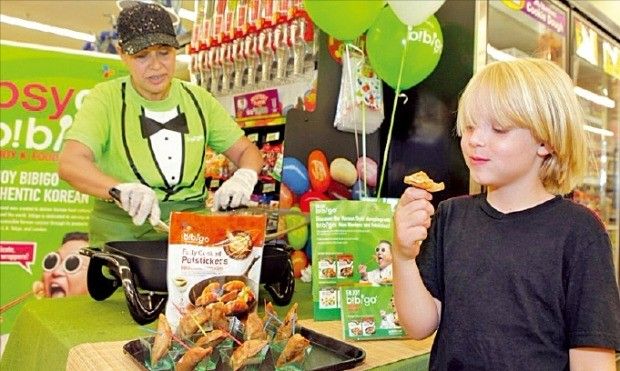 미국 뉴욕의 대형마트에서 한 어린이가 비비고 만두를 맛보고 있다. CJ제일제당 제공