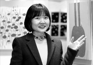 서양화가 류예지 씨가 한경갤러리에 출품한 자신의 작품을 설명하고 있다. 김범준 기자 bjk07@hankyung.com