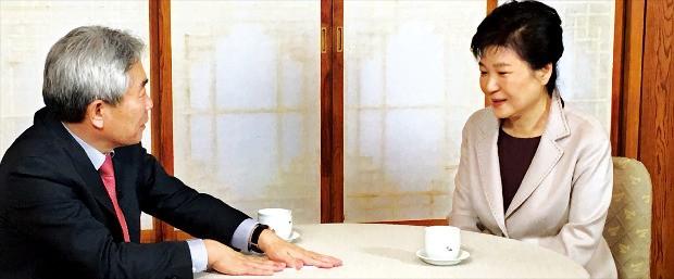 < 국회 탄핵 이후 첫 언론인터뷰 > 박근혜 대통령이 25일 청와대 상춘재에서 '정규재tv' 운영자인 정규재 한국경제신문 주필과 단독 인터뷰를 하고 있다. 정규재tv 제공