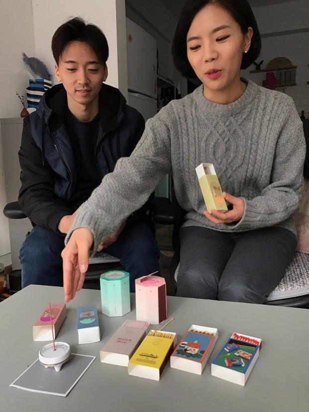전민성(왼쪽)·신소형 오이뮤 공동대표가 성냥과 향 등 리패키지 제품에 대해 설명하고 있다. 이민하 기자