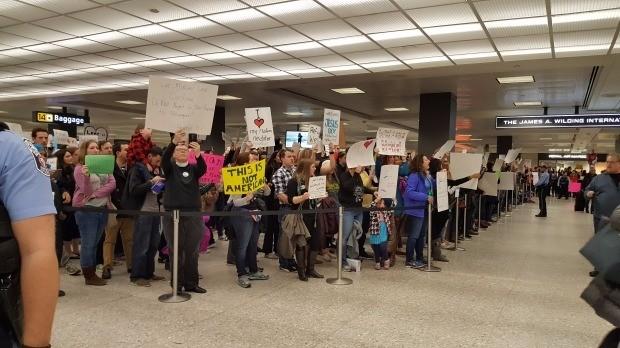지난 28일 미국 워싱턴DC 인근 댈러스국제공항에서 도널드 트럼프 대통령의 반(反)난민 행정명령에 반대하는 시민들이 행정명령 철회를 요구하며 시위를 벌이고 있다. 워싱턴=박수진 특파원