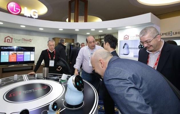 14일(현지시간) 그리스 크레타섬에서 열린 'LG 이노페스트(InnoFest)'에 참가한 관람객들이 허브 로봇을 체험하고 있다/제공 LG전자