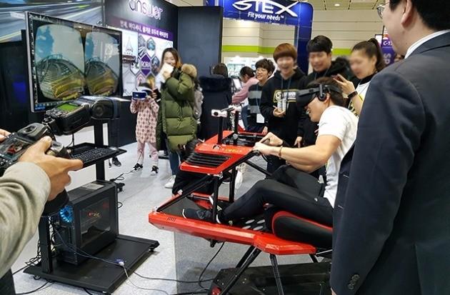 VR플러스의 롤러코스터를 체험하는 시민들.