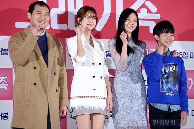영화 '그래, 가족' 언론시사회에 참석한 배우 정만식(왼쪽부터), 이요원, 이솜, 정준원, 사진 / 최혁 기자  chokob@hankyung.com