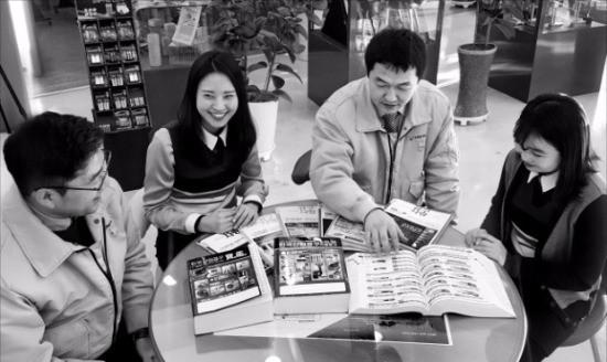 크레텍책임 직원들이 최근 발간한 《한국산업공구보감》(2017) 판매전략 회의를 하고 있다. 오경묵 기자