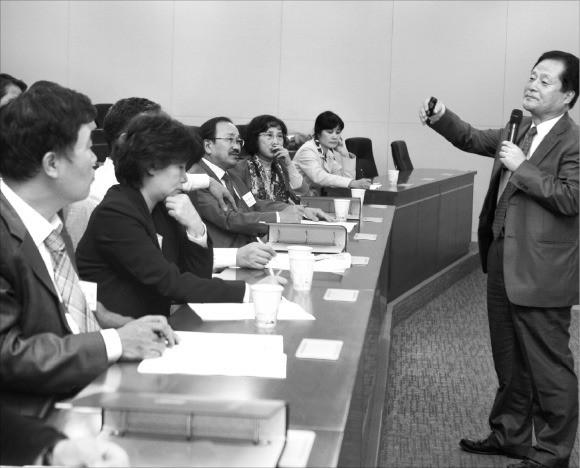 서울대 행정대학원 국가정책과정 수강생들이 담당 교수의 강의를 듣고 있다. 이 과정은 올해 '법·행정계열 최고위과정 선호도 조사'에서 1위를 차지했다. 서울대 제공