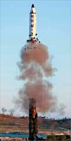 """< 북한, 미사일 도발 공개 > 북한의 신형 중거리탄도미사일(IRBM)인 '북극성-2'가 하늘로 솟구쳐 오르고 있다. 조선중앙통신은 13일 """"시험 발사에 성공한 '북극성-2'는 새 핵전략무기""""라고 보도했다. 연합뉴스"""