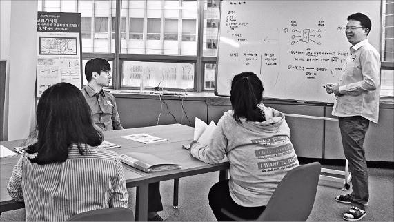 케이앤컴퍼니 직원들이 로빅 서비스 확대를 위해 기술 개발 회의를 하고 있다. 케이앤컴퍼니 제공