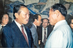 강원도민회 모임에서 고 정주영 회장(오른쪽)과 환담하는 이용만 전 재무부 장관.
