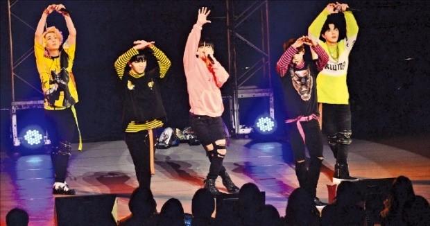 그룹 마이네임이 텐플러스스타 재팬 콘서트에서 열창하고 있다.