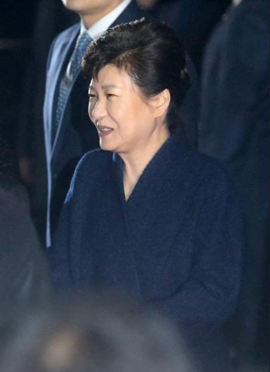 """박근혜 """"뇌물같은 더러운 돈 받으려고 대통령 한 줄 아나"""" 눈물"""