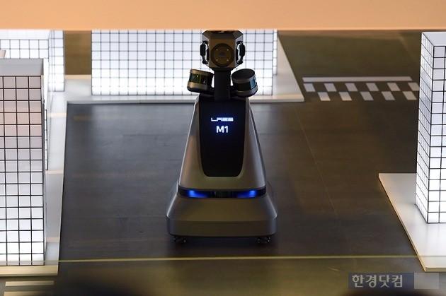 네이버랩스가 30일 '2017 서울모터쇼'에서 3D 실내 지도 제작 로봇 'M1'을 시연했다. / 사진=변성현 한경닷컴 기자