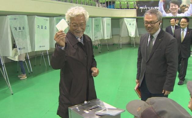 [포토] 배우 신성일, 국민의당 대통령후보선출 완전국민경선 투표 참여
