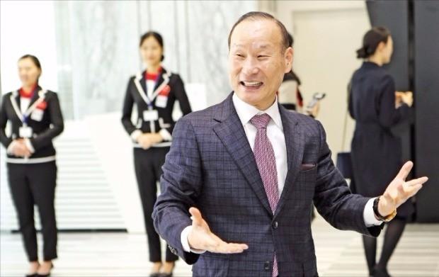 최병오 패션그룹형지 회장이 지난 3일 부산시 사하구 하단동에 문을 연 '아트몰링' 개관식에서 손님들을 맞이하고 있다.