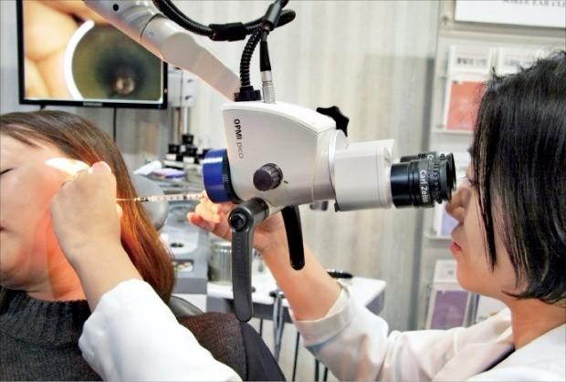 돌발성 난청 증상을 호소하는 한 환자가 청각 검사를 받고 있다. 소리귀클리닉  제공