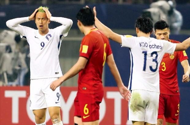 < 7년 만의 패배 > 중국 창사 허룽스타디움에서 23일 열린 한국과 중국의 2018 러시아월드컵 최종예선 A조 6차전에서 김신욱 선수(맨 왼쪽)가 파울을 범한뒤 아쉬워하고 있다. 한국은 이날 7년 만에 중국에 패했다. 연합뉴스