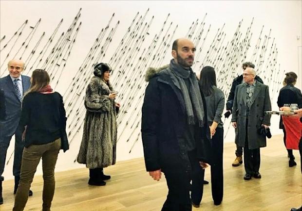 미국 뉴욕 맨해튼 레비고비갤러리에서 열리고 있는 이승택 화백의 개인전을 찾은 뉴요커들.