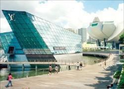 [세계는 '스카이 타워' 전쟁 중] 싱가포르 루이비통 갤러리는 매장 전체가 인공섬 위 '둥둥'