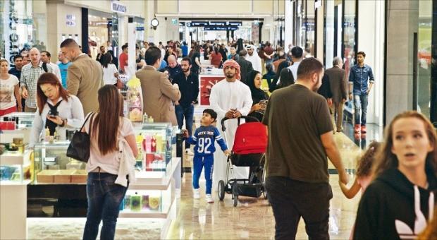두바이는 세계 주요 도시 중 관광객 1인당 소비액이 가장 많은 도시다. 대표적 쇼핑몰 중 하나인 에미리트몰이 관광객들로 북적이고 있다. 강영연 기자