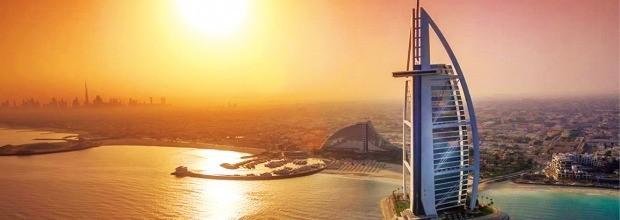 두바이의 대표적 특급호텔인 부르즈알아랍은 바다 위에 떠 있어 헬기를 타고 건물옥상에 내려 체크인을 할 수도 있다. 부르즈알아랍 홈페이지