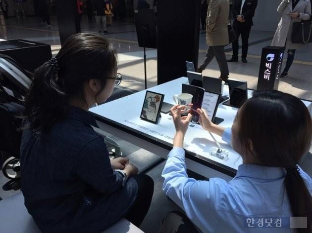 빅스비는 갤럭시S8 출시 이후 한국어 데이터를 늘려가면서 완성도가 높아질 것이란 게 삼성전자의 설명이다 / 사진=이진욱 기자