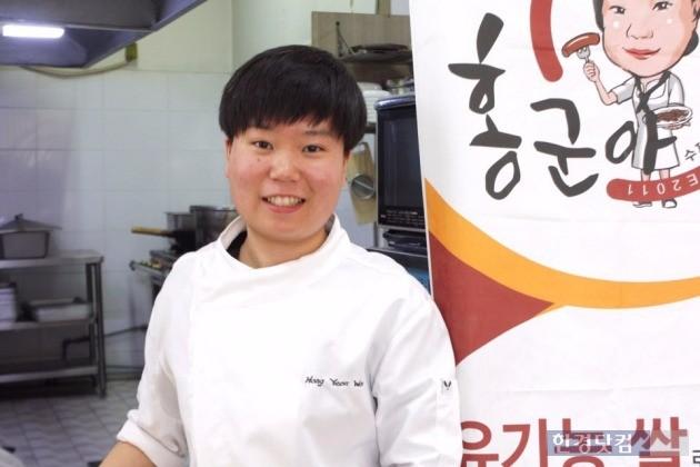 '홍군아떡볶이집' 사장 홍연우 씨(19). 중학교만 졸업하고 곧장 떡볶이집을 운영했다.