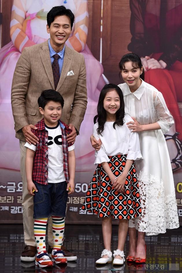 [HEI포토] 구본승-박시은, '아역배우들과 화목한 가족 사진'