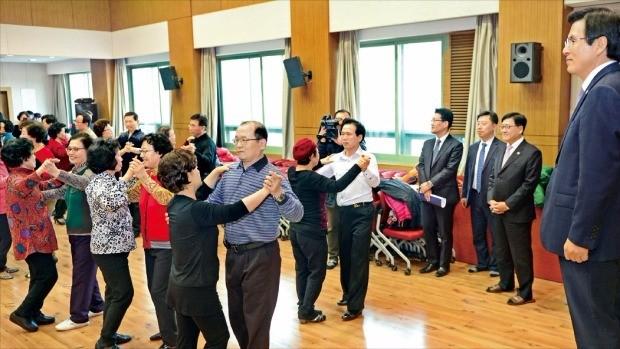 지난 2월 서울 서대문 사회복지관을 방문한 황교안 대통령 권한대행(오른쪽)이 스포츠댄스를 배우고 있는 어르신들을 바라보고 있다. 청와대 사진기자단