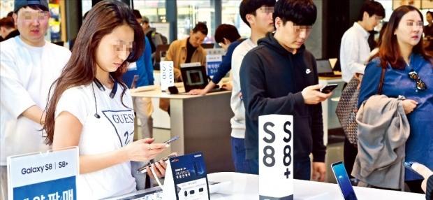 < 실물 보니 마음에 '쏙' > 소비자들이 9일 서울 홍익대 인근 삼성디지털프라자에서 삼성전자가 새롭게 선보인 스마트폰 갤럭시S8을 체험하고 있다. 허문찬 기자 sweat@hankyung.com