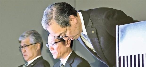< 고개 숙인 도시바 사장 > 쓰나카와 사토시 도시바 사장이 지난 11일 일본 도쿄에서 기자회견을 열고 감사의견 없이 실적을 발표한 것에 대해 고개 숙여 사과하고 있다. 도쿄교도연합뉴스
