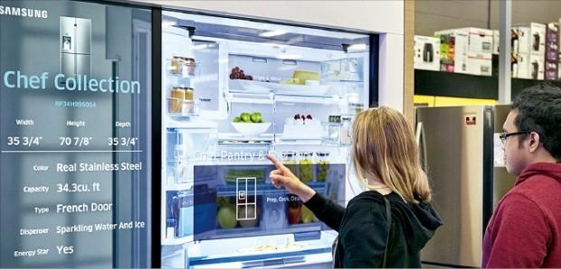 < 삼성전자 패밀리허브 냉장고 '탐나네' > 삼성전자가 미국 시장에서 네 분기 연속 시장 점유율 1위를 차지했다. 미국 가전 양판점인 베스트바이의 라스베이거스 매장에서 소비자들이 삼성 패밀리허브 냉장고를 살펴보고 있다. 삼성전자 제공