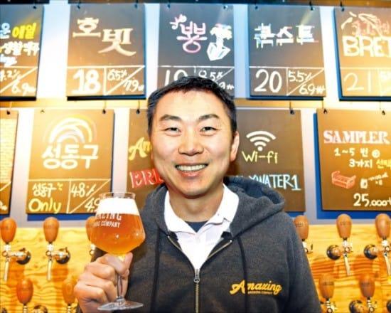 김태경 어메이징브루잉컴퍼니 대표가 자체 생산한 맥주를 소개하고 있다. 이승우 기자 leeswoo@hankyung.com