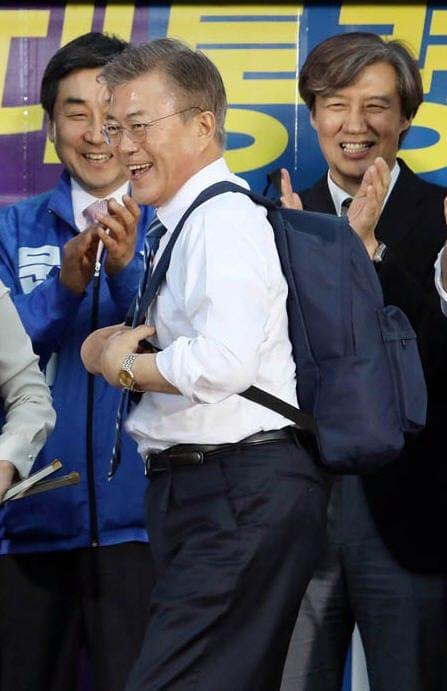 """""""모태솔로 맞나"""" 조국 교수 , 문재인 프리허그 행사에서 성희롱 발언 논란"""