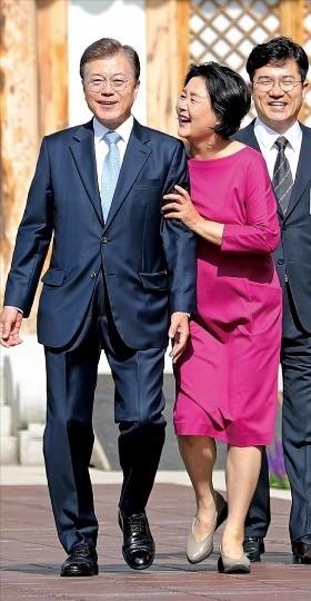 김정숙 여사(가운데)가 지난 15일 출근하는 문재인 대통령을 배웅하고 있다. / 사진=한경 DB