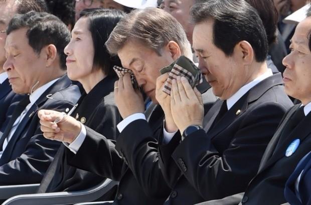 문재인 대통령이 18일 광주시 국립 5·18민주묘지에서 열린 '제37주년 5·18 민주화운동 기념식'에서 1980년 5월 18일 태어난 유족의 사연을 들으며 눈물을 훔치고 있다. 강은구 기자
