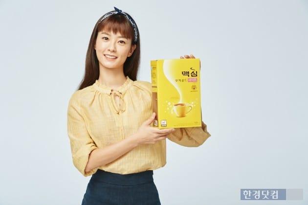 동서식품이 당류를 25% 줄인 커피믹스 '맥심 모카골드 라이트'를 내놨다고 22일 밝혔다. 이 제품 모델에는 배우 정유미를 발탁했다. 동서식품 제공.