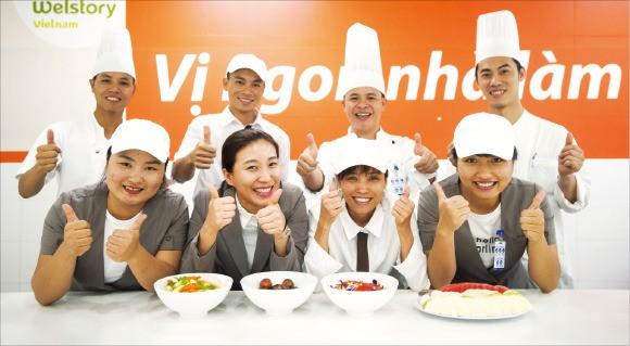 삼성웰스토리 베트남법인 영양사와 조리사들이 급식 메뉴를 선보이고 있다. 삼성웰스토리 제공