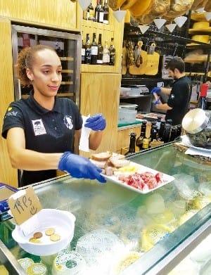 돼지뒷다리절임 요리를 서비스하는 식당 직원. 포르투갈은 맛있는 육가공제품의 천국이다.