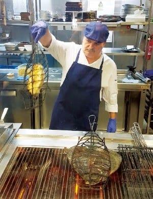 생선구이 전용 도구를 써서 굽는 건 포르투갈이나 스페인에서만 볼 수 있는 광경이다.