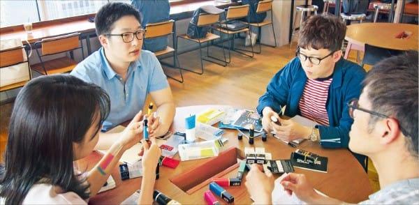 아모레퍼시픽의 사내벤처 1기 아웃런 팀이 서울 강남역 위워크에서 회의하고 있다. 민지혜 기자