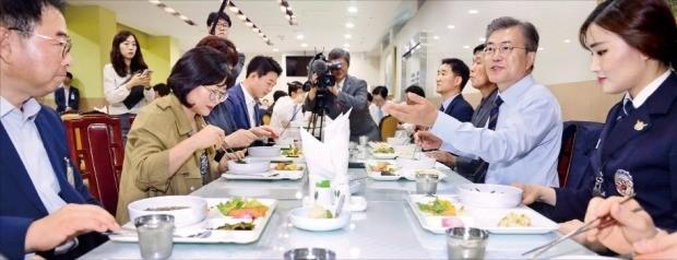문재인 대통령(오른쪽 두 번째)이 12일 청와대 여민2관 구내식당에서 청와대 기능직 직원들과 점심식사를 하고 있다. 대통령이 청와대 기능직 직원들과 식사한 것은 이번이 처음이라고 청와대는 밝혔다. 강은구 기자 egkang@hankyung.com