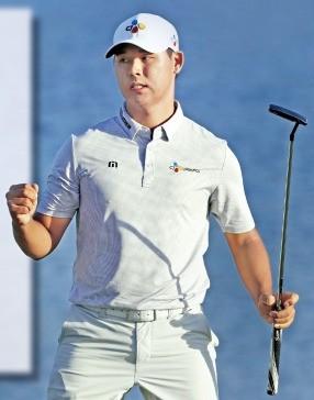 """< """"이겼다!"""" > 김시우가 미국프로골프(PGA)투어 플레이어스챔피언십 마지막날 18번홀(파4)에서 파퍼팅에 성공한 뒤 주먹을 불끈 쥐고 있다.  AP연합뉴스"""