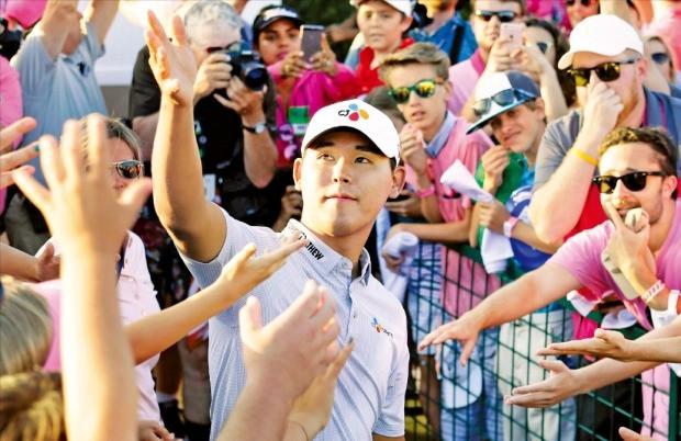 한국 골프의 '영건' 김시우가 미국 플로리다주 폰테베드라비치의 소그래스 TPC 스타디움 코스에서 15일(한국시간) 열린 미국프로골프(PGA) 투어 플레이어스챔피언십 최종 4라운드에서 우승한 뒤 장갑을 벗어 갤러리를 향해 던지고 있다. 연합뉴스