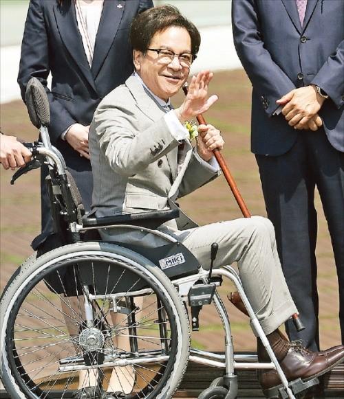 이재현 CJ그룹 회장이 휠체어를 타고 17일 경기 광교에 있는 CJ제일제당의 연구개발센터 'CJ블로썸파크' 개관식에 참석해 직원들에게 손을 흔들고 있다. 연합뉴스