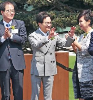이재현 CJ그룹 회장(가운데)과 부인 김희재 여사(오른쪽)가 직원들에게 인사하고 있다. 왼쪽은 김철하 CJ제일제당 부회장. 연합뉴스